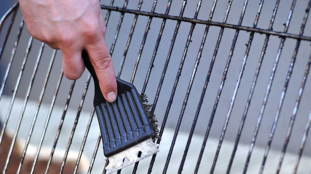 comment-bien-nettoyer-la-grille-de-votre-barbecue_5518051 (1)